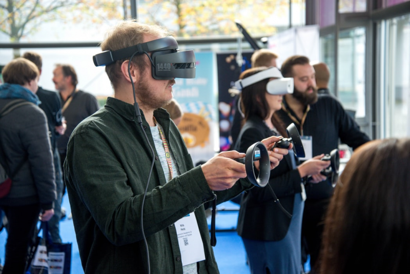VR實境能讓人置身遊戲體驗中,忘卻現實。(圖/unsplash)