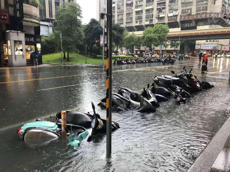 20190722-台北市長安東路22日因午後暴雨導致積水,路邊停放的機車泡在水中。(讀者提供)