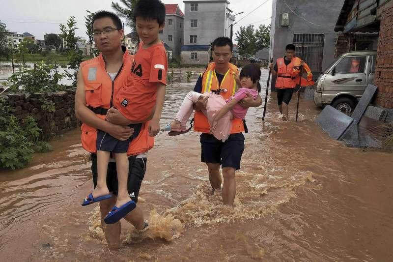 中國南部兩個月以來豪雨成災,除造成經濟損失,也使許多居民流離失所。(AP)