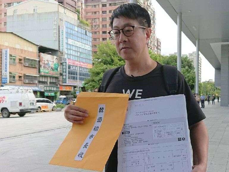 WeCare高雄發言人尹立將罷韓三十連署提案書指名轉給韓國瑜,由鳳山行政中心人員簽收。(圖/徐炳文攝)