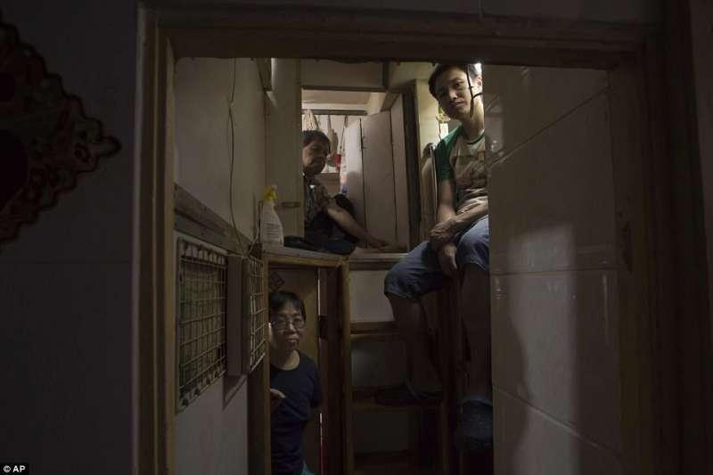 無數香港人住在狹小的住處,薪資上升速度追不上租金上漲速度(美聯社)