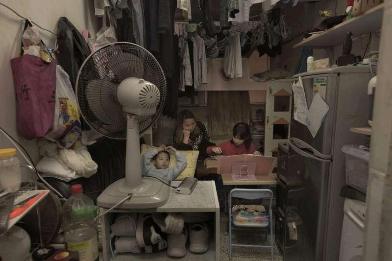 許多香港家庭住在這種狹窄的住處(美聯社)
