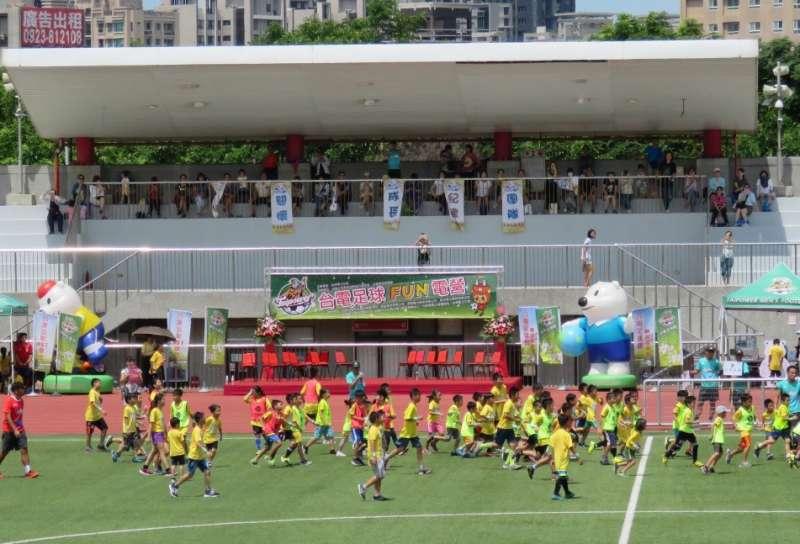 參加足球FUN電營小球員無畏盛夏酷陽,盡情在球場中奔跑踢球。(圖/方詠騰攝)