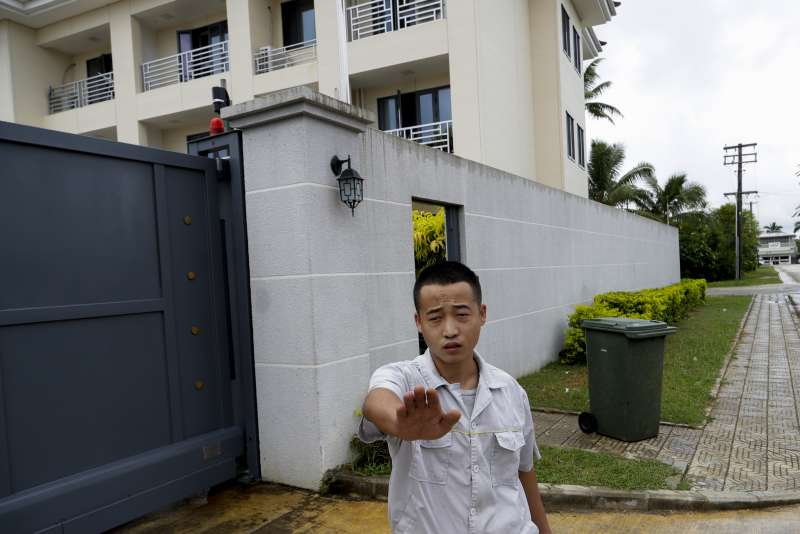 中國近年積極投資大洋洲諸島。圖為中國駐東加大使館人員正在阻止美聯社拍照。(AP)