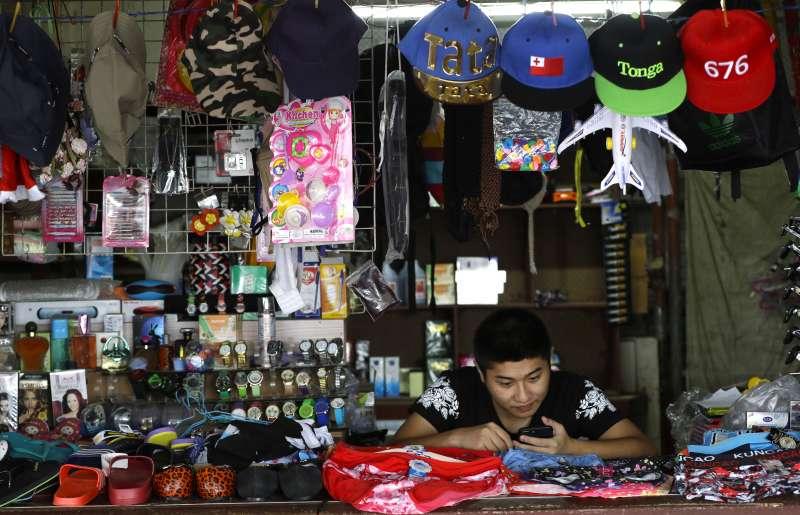中國近年積極投資大洋洲諸島。圖為東加的華人攤販。(AP)