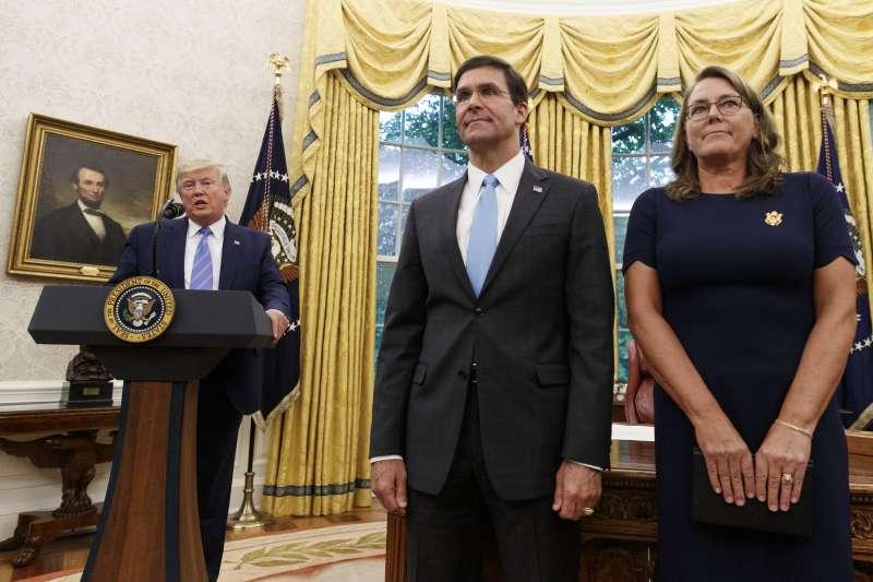 美國新任國防部長艾斯珀(中)宣誓就職。(AP)