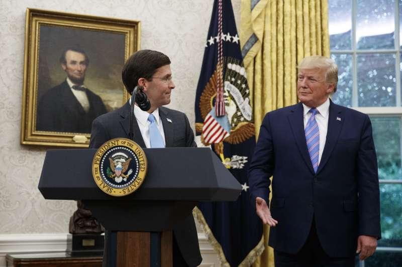 美國新任國防部長艾斯珀(左)宣誓就職。(AP)