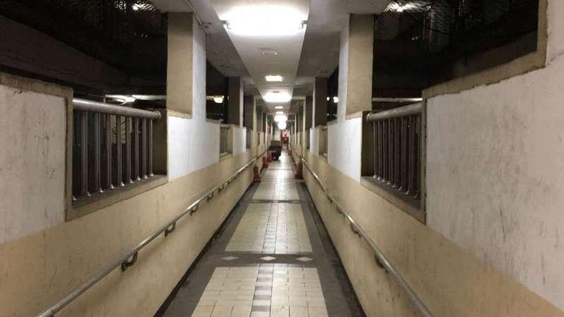 西寧國宅內部結構複雜,各戶間通道主要由狹長走道串成(許書宇攝)