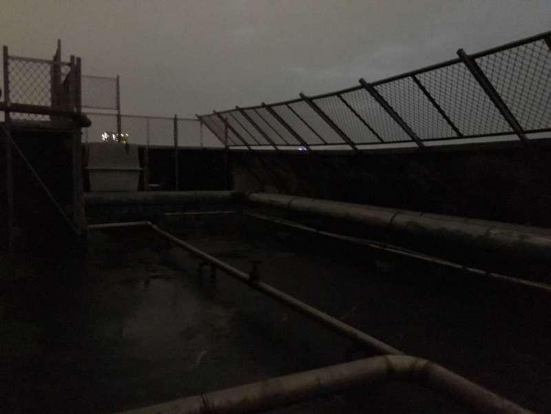 西寧國宅頂樓已加裝防護欄網,且女兒牆方向向內傾斜,要翻出欄網有一定難度(許書宇攝)