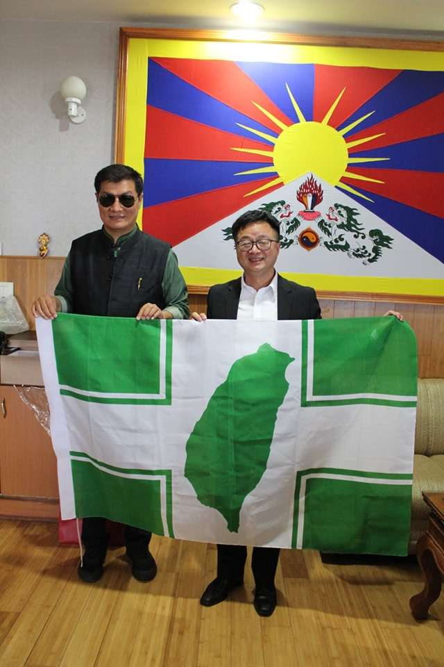 20190726-民進黨秘書長羅文嘉(右)上周赴印度,會面西藏流亡政府總理洛桑森格(左),並送上民進黨黨旗。(取自羅文嘉臉書)