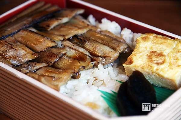 廣島名物穴子飯,搭乘路面電車遊廣島,也別忘了買顆穴子飯便當來吃。(圖/作者提供)