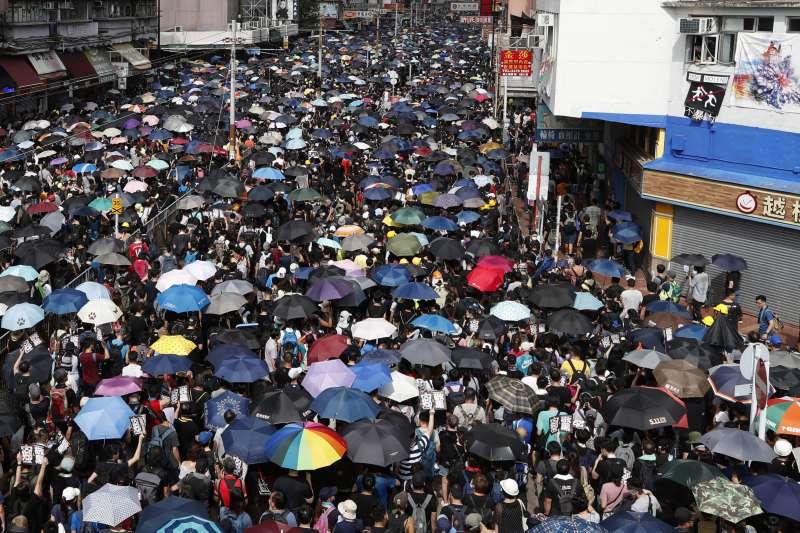 2019年7月27日,香港「反送中」運動,市民發起「光復元朗」遊行(AP)