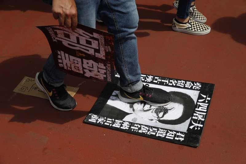 2019年7月27日,香港「反送中」運動,市民發起「光復元朗」遊行,踐踏不久前死亡的「六四屠夫」李鵬海報(AP)