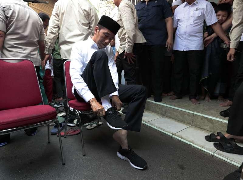 佐科威善於打造個人親民謙遜的形象,出訪時經常穿著白襯衫與印尼製造的平價鞋子(美聯社)