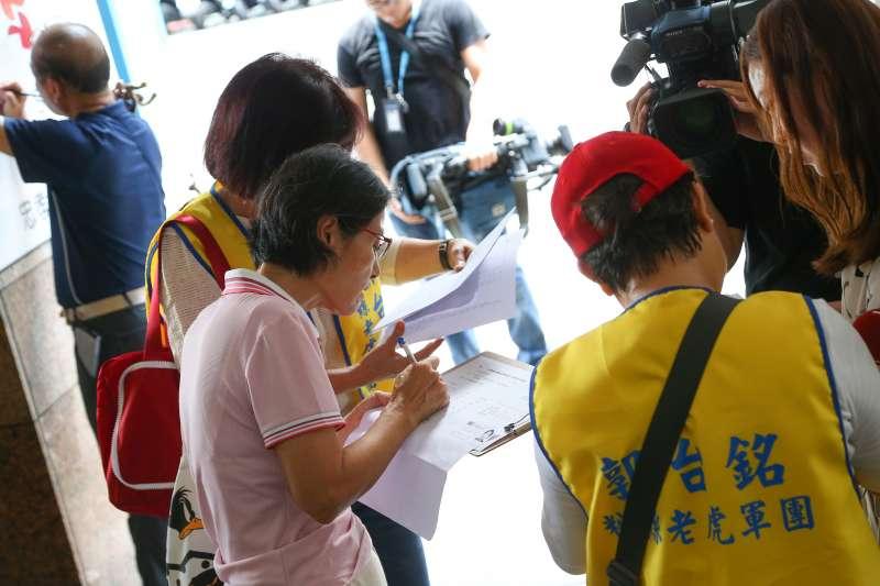 20190727-郭粉老虎軍團27日於北車附近街頭為郭台銘參選總統進行連署。(顏麟宇攝)