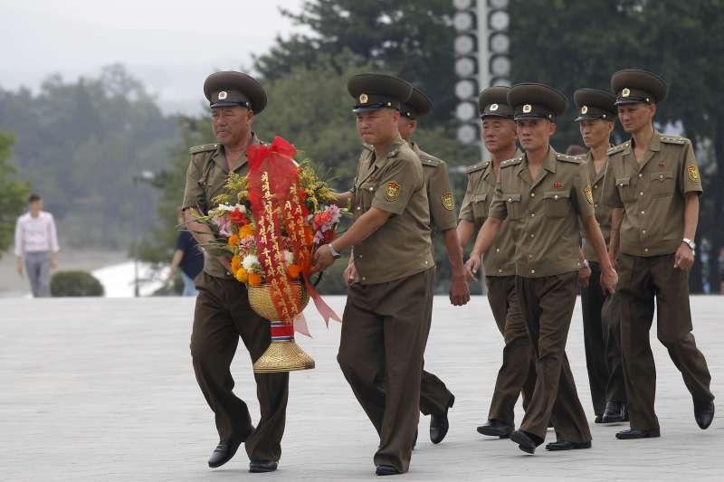 韓戰停戰66周年,北韓軍人在萬壽台向前領導人金日成和金正日獻花致敬(AP)