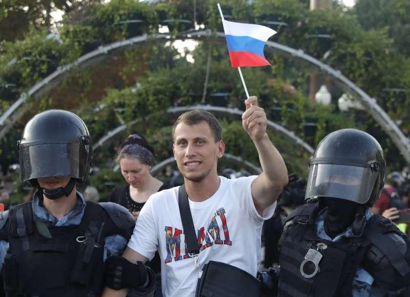 2019年7月28日,3500名俄羅斯民眾走上莫斯科街頭抗議,要求當局舉行公正選舉,遭警方強硬鎮壓。(AP)