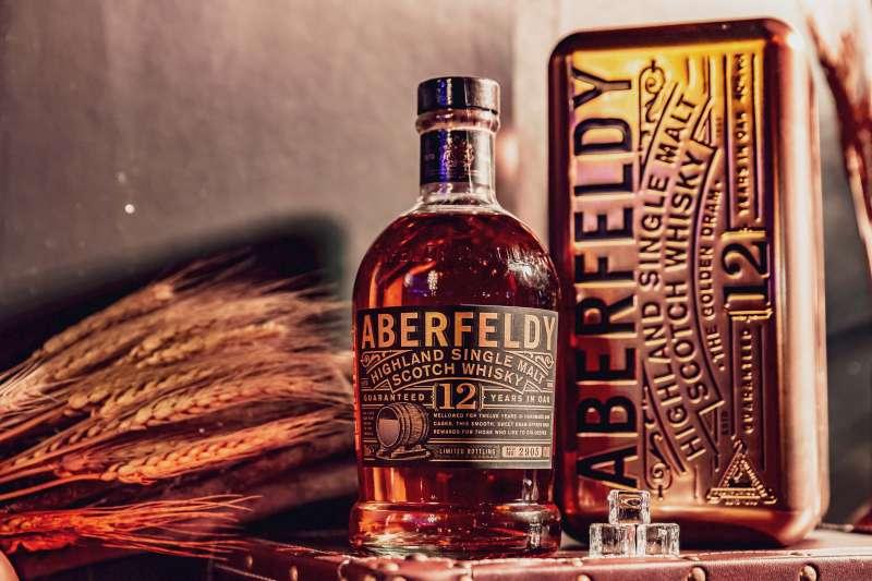 艾柏迪單一麥芽蘇格蘭威士忌柔和容易入口,不僅是剛接觸單一麥芽威士忌者的首選,更是一款非常適合女性飲用的逸品。因水源來自富含礦物質和黃金沉澱的皮提里小溪而有黃金玉液之稱。(圖/大盛酒品 提供)