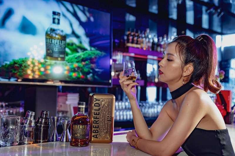 艾柏迪單一麥芽蘇格蘭威士忌年度代言人周曉涵表示:威士忌不僅僅是品飲,更是一種自我享受、放鬆的生活型態。有時收工回到家後,也會為自己倒上一杯艾柏迪,試著從角色中抽離出來,做回周曉涵!(圖/大盛酒品 提供)