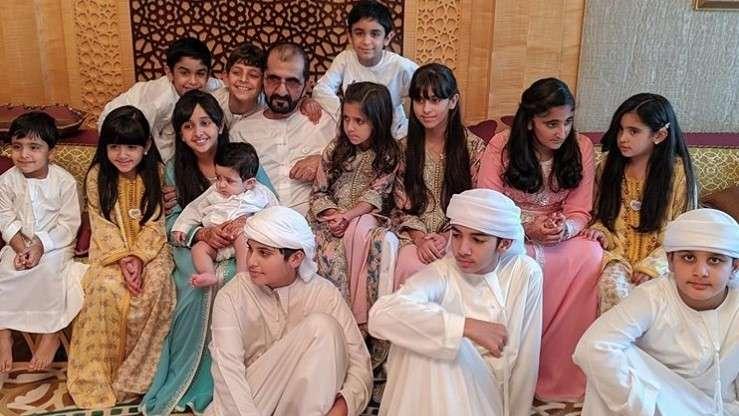 阿勒馬克圖姆同子女合照。其與六位妻子共育有24名孩子。(圖源:Khaleej Times)