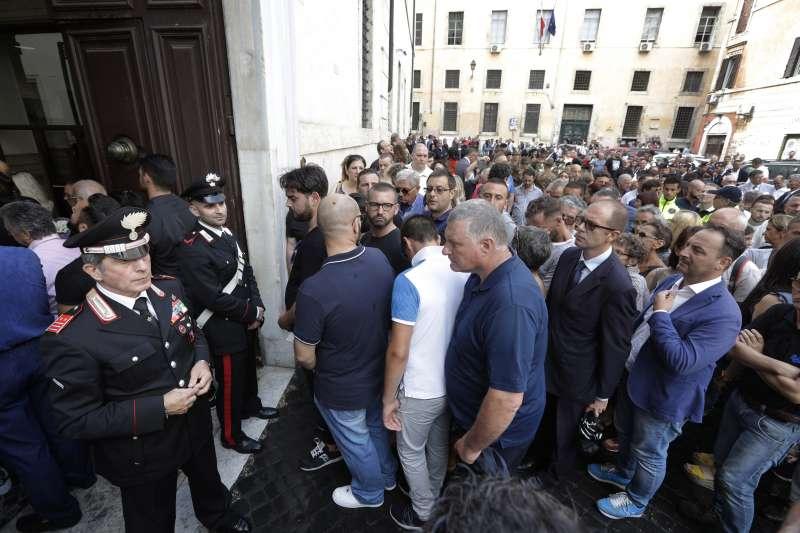 羅馬一間教堂28日為雷加舉行悼念儀式,數百名民眾前往致哀(美聯社)