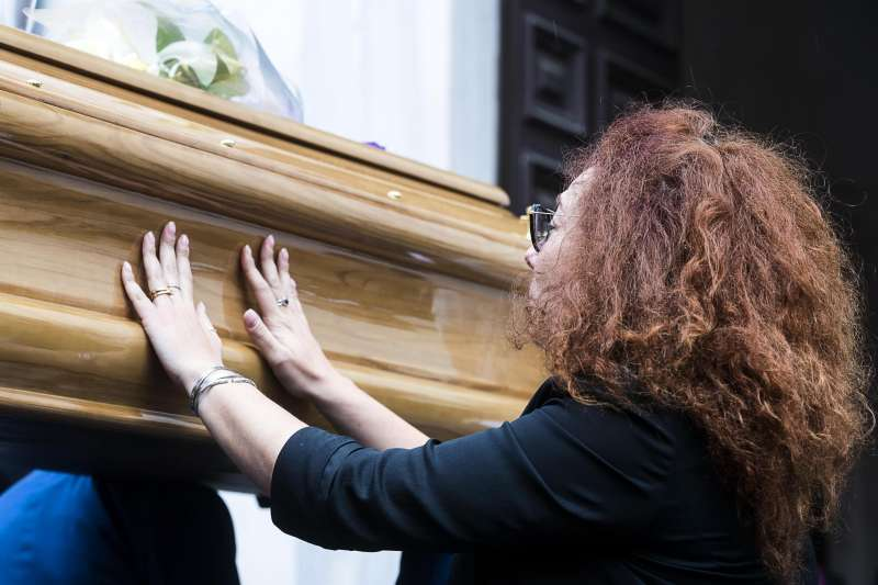 遺孀瑪麗亞28日哀傷輕撫丈夫的棺木(美聯社)