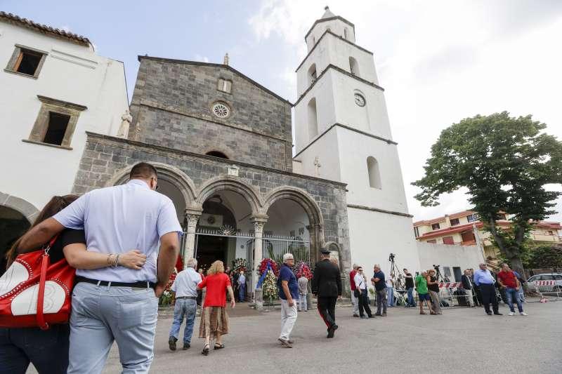 雷加的葬禮29日在家鄉索姆馬韋蘇維亞納鎮的教堂舉行,當地民眾前往致哀(美聯社)