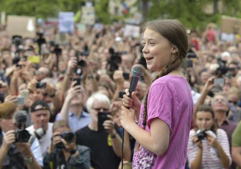 7月19日,桑伯格參加德國柏林舉行的「星期五拚未來」(Fridays for Future)罷課抗議運動(美聯社)