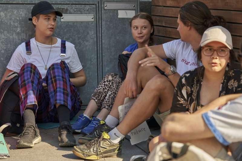 7月26日,桑伯格與其他青少年一起坐在瑞典國會外面參加「星期五拚未來」罷課抗議運動(美聯社)