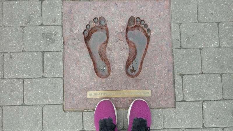 里加老城廣場的地磚,我想跟隨波海之鏈的腳步。(圖/謝幸吟提供)