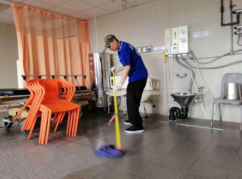 勞工局專案幫忙43歲的街友阿泰找工作,協助改造他的服裝儀容,給予鼓勵並陪同面試,終於順利錄取醫院的清潔工作。(圖/徐炳文攝)