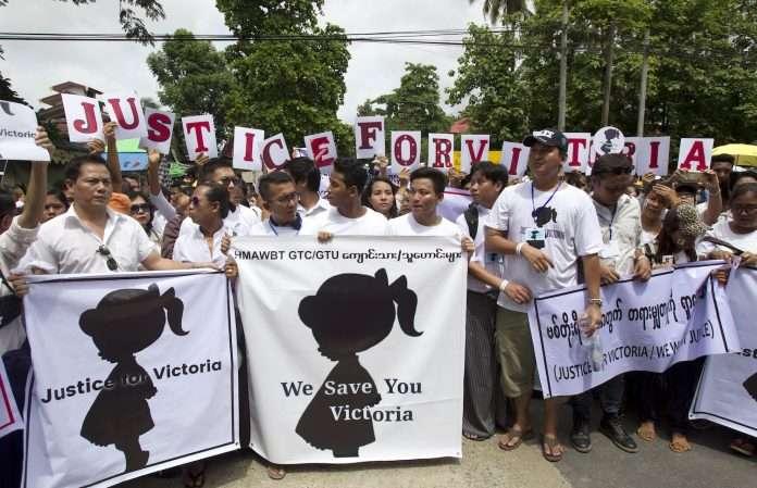 7月6日,數千名緬甸人身穿白衣走上第一大城仰光街頭,要求為維多利亞伸張正義(美聯社)