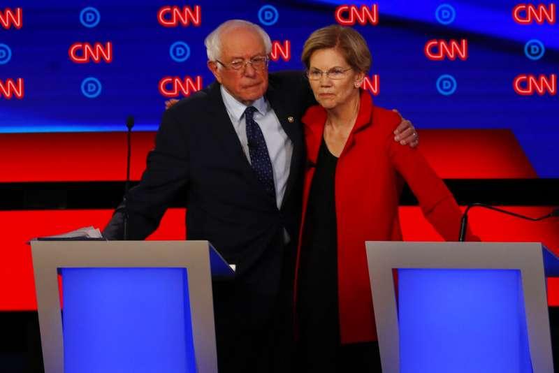 2019年7月30日,美國民主黨總統初選辯論,佛蒙特州聯邦參議員桑德斯與麻州聯邦參議員華倫遭到夾擊。(AP)
