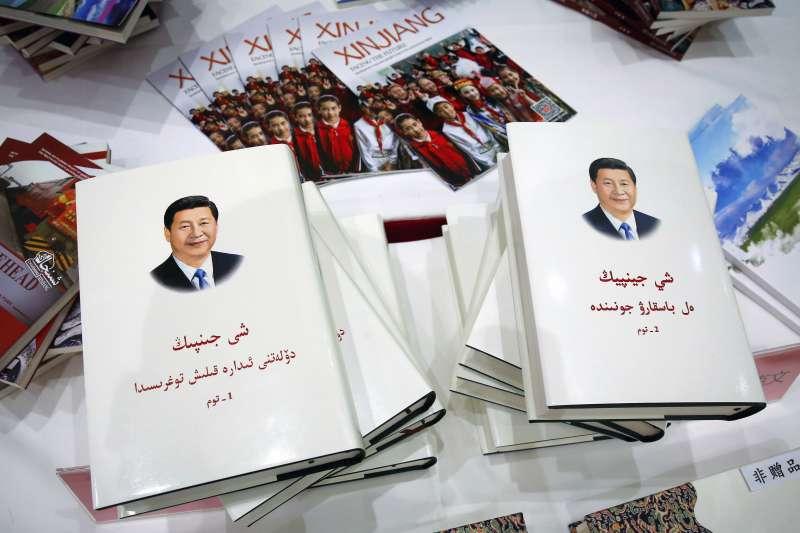 維吾爾文版的《習近平談治國理政》(AP)