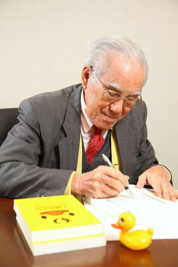 亮叔得到妻子的支持與協助,出版自傳,記錄小黃鴨之父的人生。