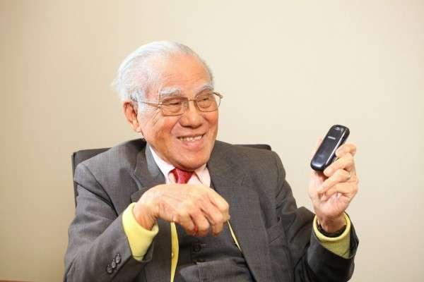 林亮與他的老爺手機。