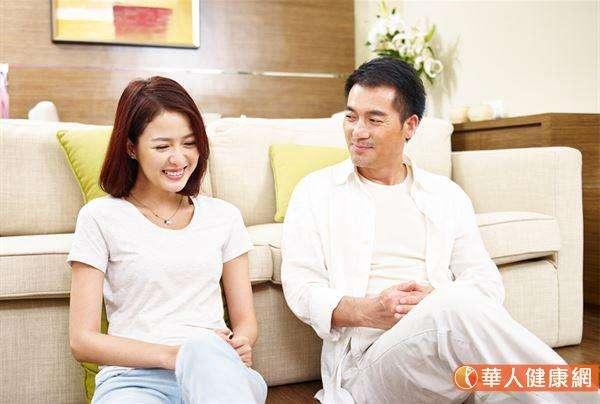 該名婦人每次回診時,笑容慢慢的變多了,也表示睡眠狀況越來越好。緊接著,建議她慢慢進階挑戰,嘗試跟別人說出自己的想法,沒想到慢慢的她和家人間也多了許多話題和交集。(圖片僅為示意,非實際當事人)(圖/華人健康網提供)