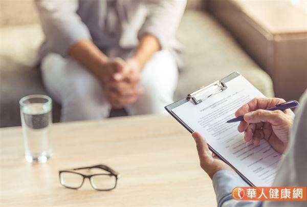 溫閔凱醫師分享,過去門診就曾收治一名年近50歲的婦人,因飽受失眠、憂鬱苦惱而就醫,在幾次的諮詢下發現,該名婦人曾有多次自殘的經驗。(圖片僅為示意,非實際當事人)(圖/華人健康網提供)
