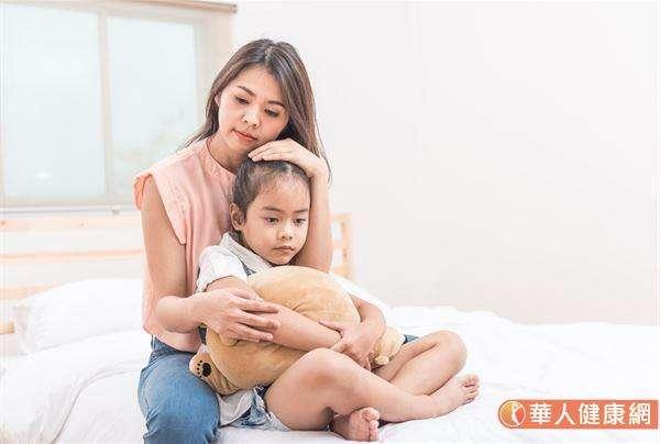 建議爸媽們不妨可以試著,在遇到孩子犯錯時,先延後情緒的發作,嘗試引導、正向鼓勵孩子表達情緒、意見,聽聽看孩子怎麼說。(圖片僅為示意,非實際當事人)(圖/華人健康網提供)
