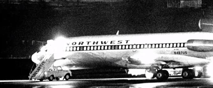 當時的西北航空305號班機(圖/取至Youtube)