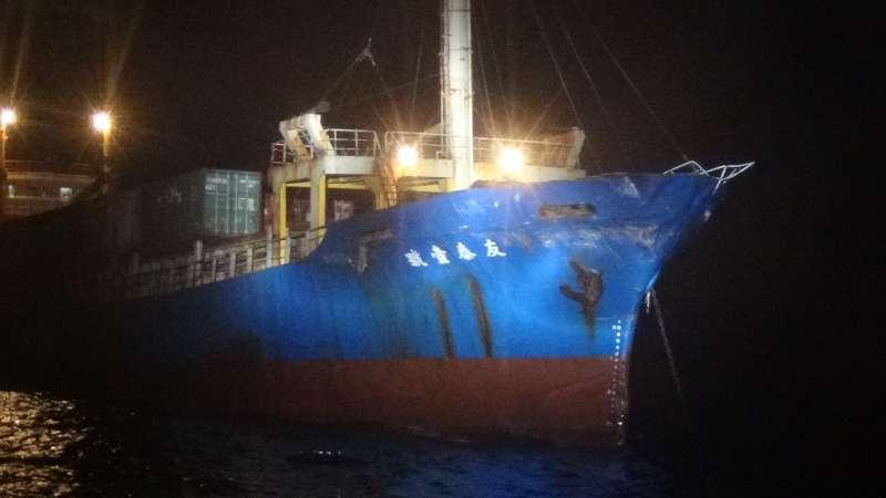 20190801-本國籍散裝貨輪「友泰一號」7月31日晚間於料羅南南東方19.5浬處疑似與中方軍艦發生擦撞,船隻受損、無人員受傷。(海巡署金馬澎分署提供)