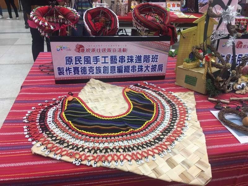 會場展示部落大學課程教學成果,像是串珠工藝、編織等色彩繽紛。(圖/王秀禾攝)