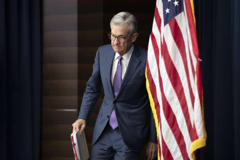 美國聯準會主席鮑威爾31日宣布降息一碼,美股反而瞬間下跌。(AP)