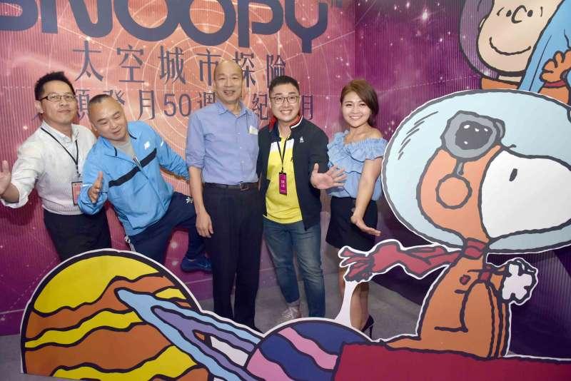 20190802-高雄市長韓國瑜(左三)2日下午到高雄展覽館出席「首屆網紅直播大展」,並接受網紅直播提問。(高雄市政府提供)