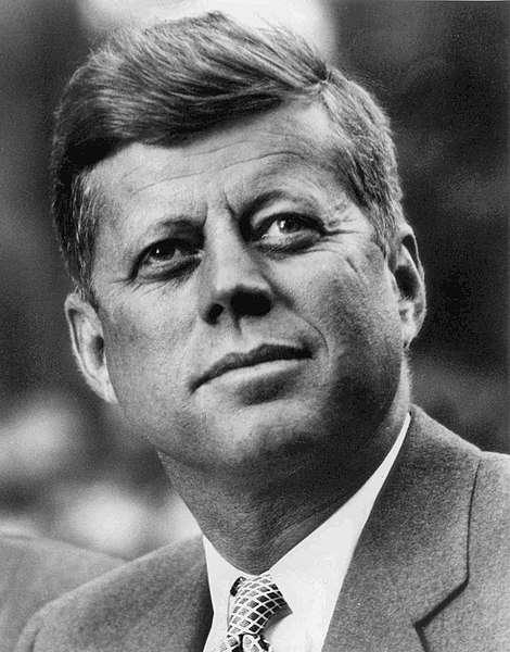 甘迺迪家族籠罩詛咒疑雲,成員常意外身亡。圖為美國前總統約翰甘迺迪。(美國聯邦政府@wikipedia)