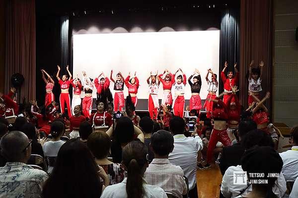 影展頒獎的開場表演,不但場地克難,表演還是找來當地的舞蹈教室支援。(圖/作者提供)