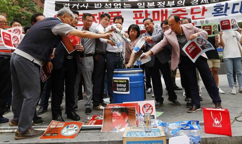 日韓貿易戰延燒,南韓人抵制日貨。(AP)