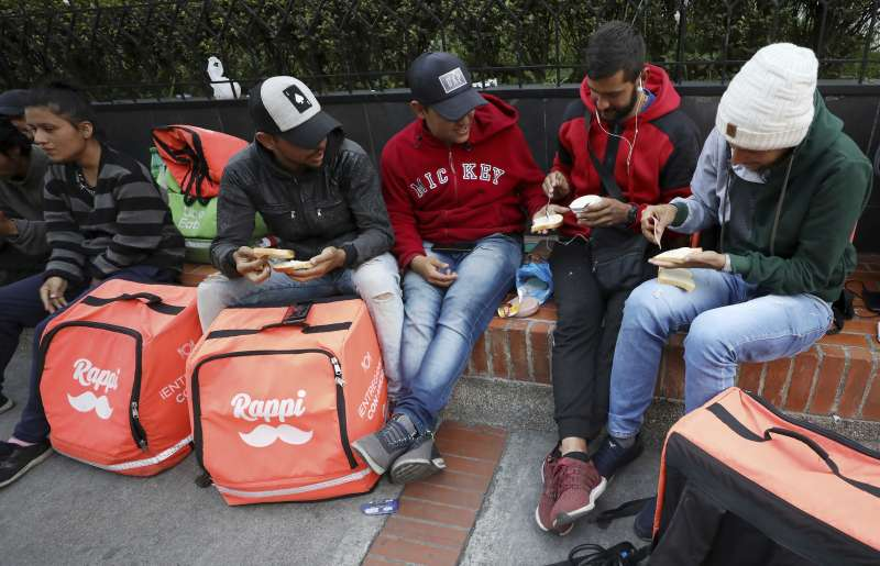 許多在哥倫比亞的委內瑞拉移民找不到工作,於是擔任Rappi快遞員(美聯社)