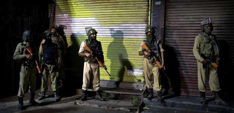 8月4日晚間,印度軍人駐守在查謨─喀什米爾邦夏季首府斯里納加的街頭(美聯社)