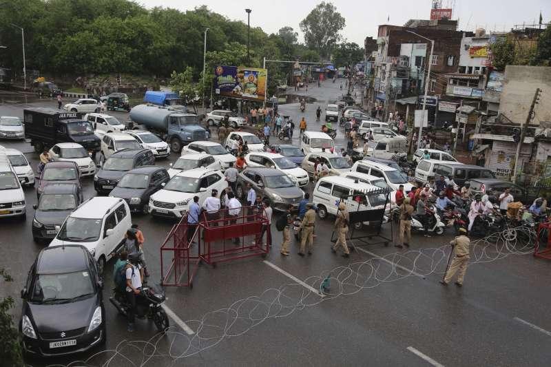 印度警方在查謨地區實施宵禁並設置路障(美聯社)
